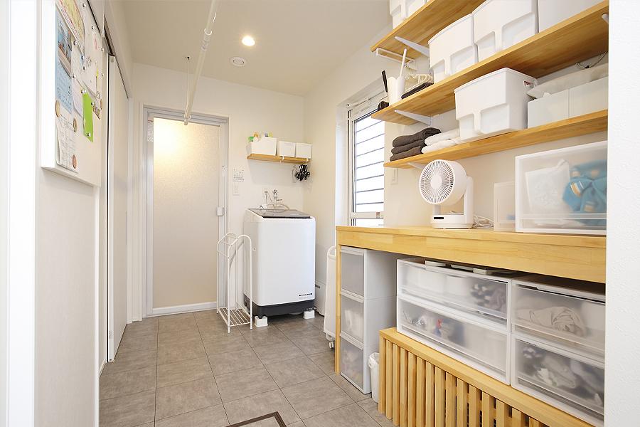 家事スペースとして使える広々脱衣室