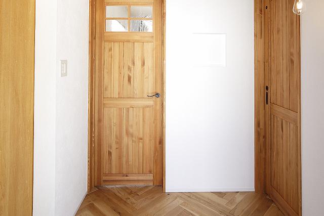玄関を彩るヘリンボーンの床