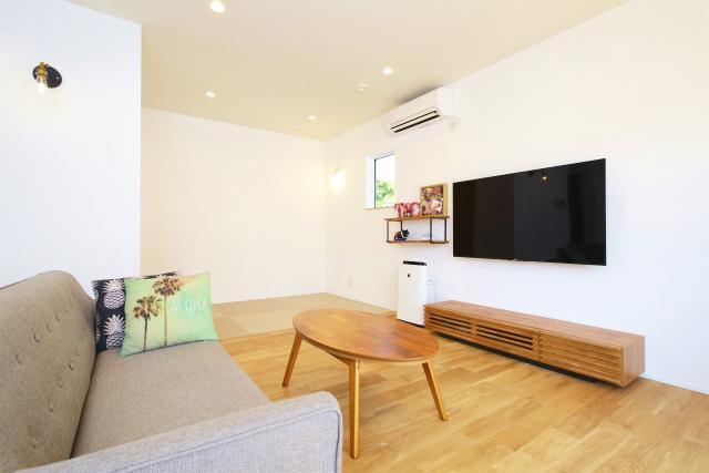雰囲気に馴染む畳スペースがあるリビング