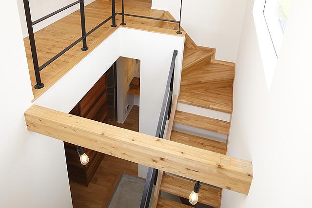 玄関から2階につながる吹き抜け空間