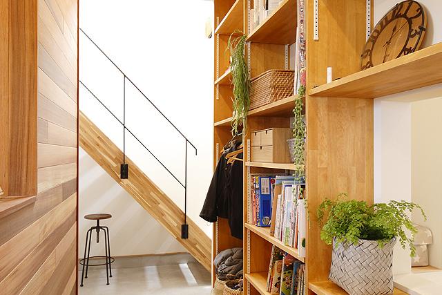 廊下の壁面に造作した収納棚