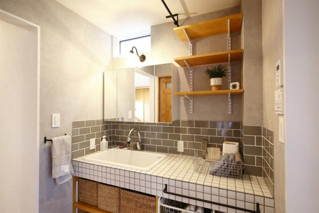 グレーのタイルで洗練された雰囲気の洗面台