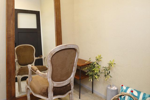 ヴィンテージ家具が引き立つシンプルな個室スペース