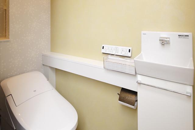 アクセントクロスを貼って優しい雰囲気のトイレ