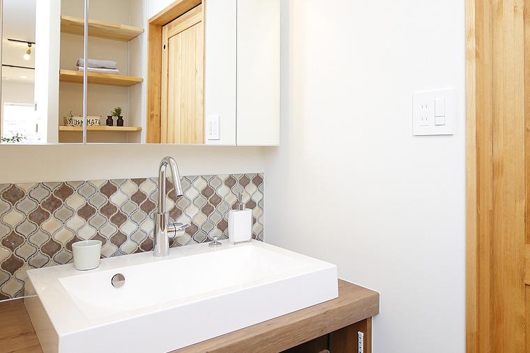 木×タイルでこだわりの洗面スペース