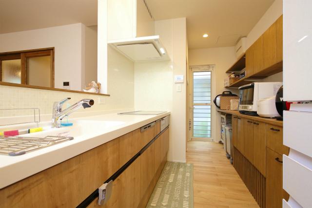 空間に統一感を与える背面収納があるキッチン