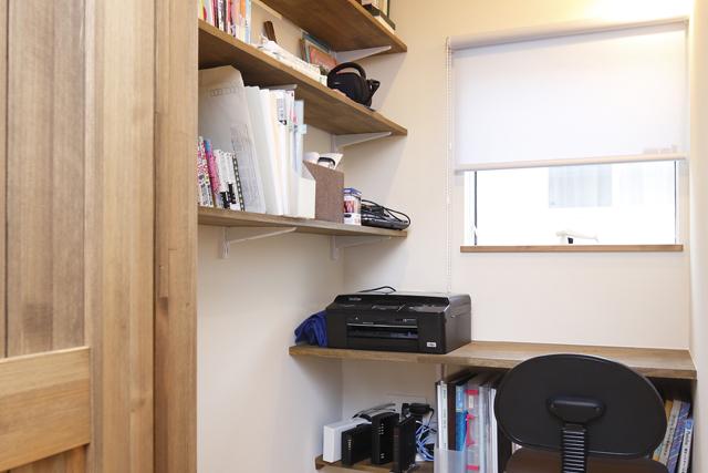 コンパクトさが心地よい隠れ部屋のような書斎