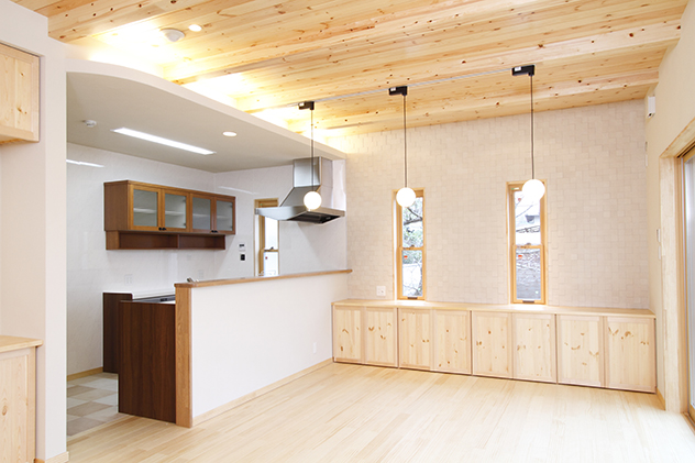 天井には間接照明が空間を引き立てる開放的なLDK
