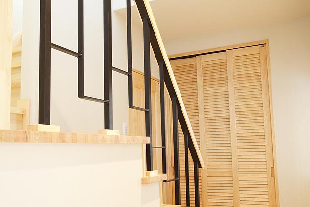 木とアイアンそれぞれの特性を活かした階段