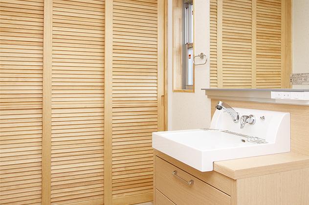 3色のタイルを使用した床に、奥には大容量の収納棚