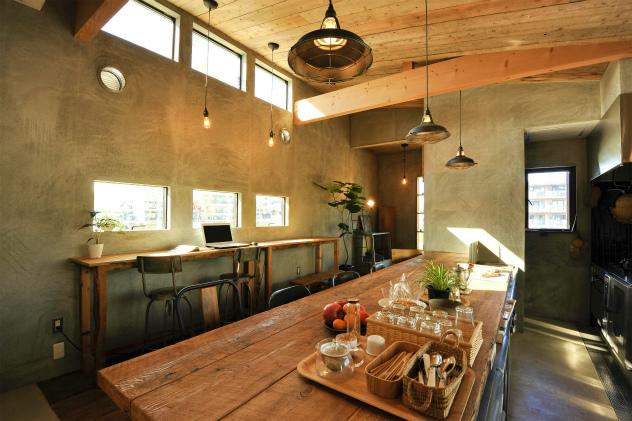 ステンレスキッチンにカウンターテーブルは古材を使用