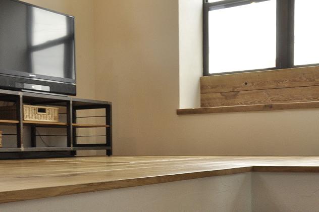 室内側にはベンチを設け窓際空間を有効活用