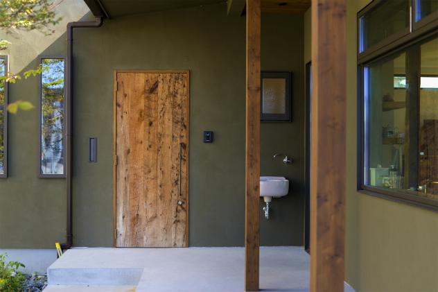 古材で造った特注の玄関ドア