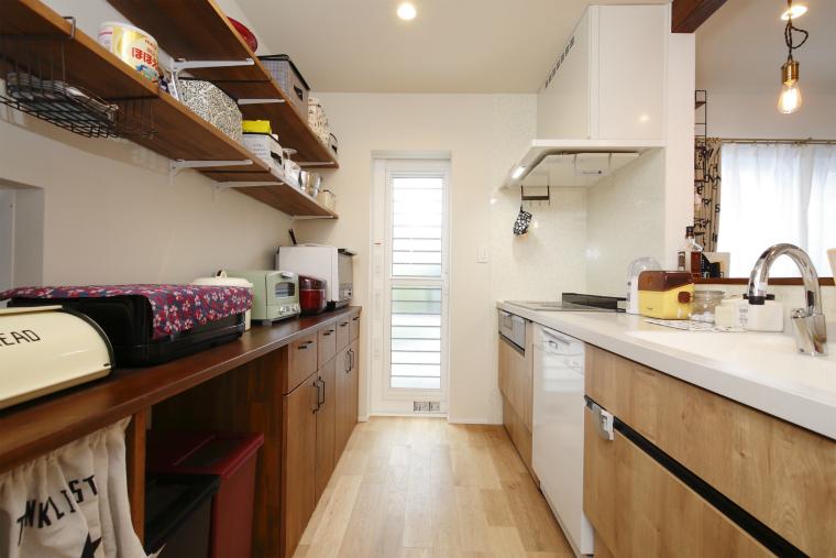 見せる・隠すを上手く使い分けたキッチン収納